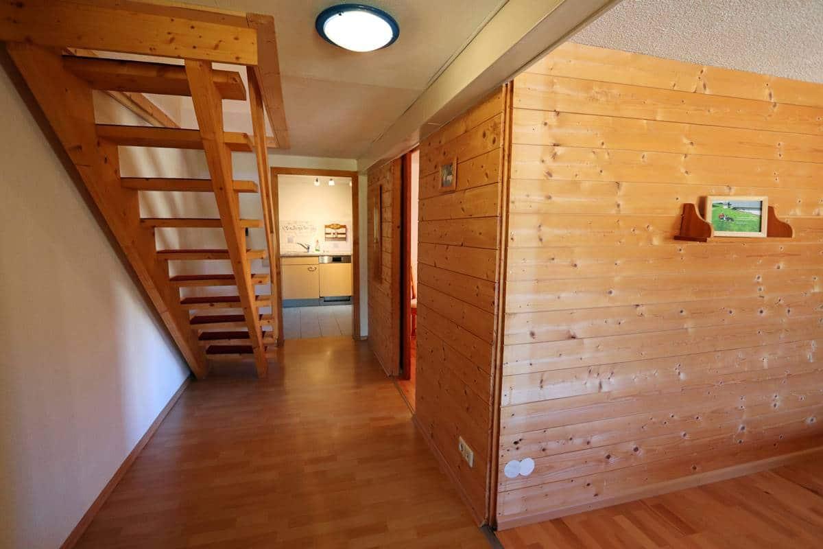 Flur und Treppe ins Schlafzimmer unters Dach