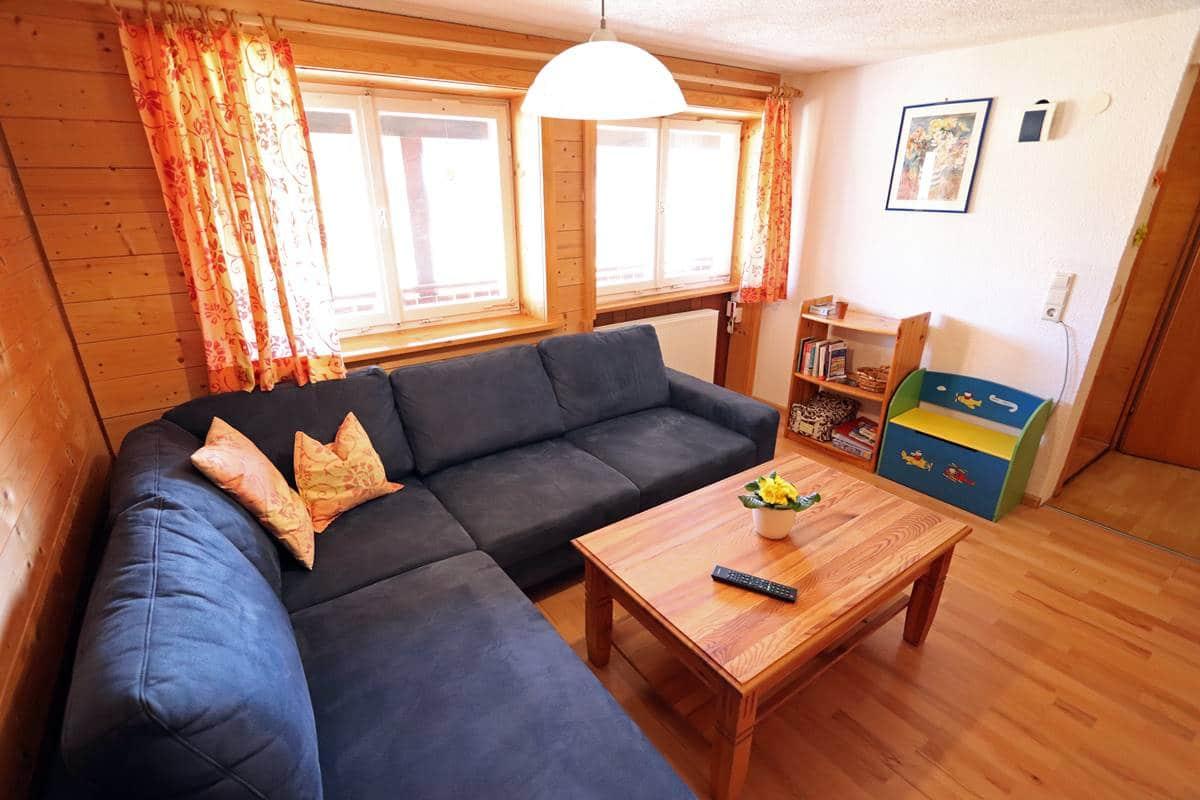 Wohnzimmer mit Sofaecke und Spielecke