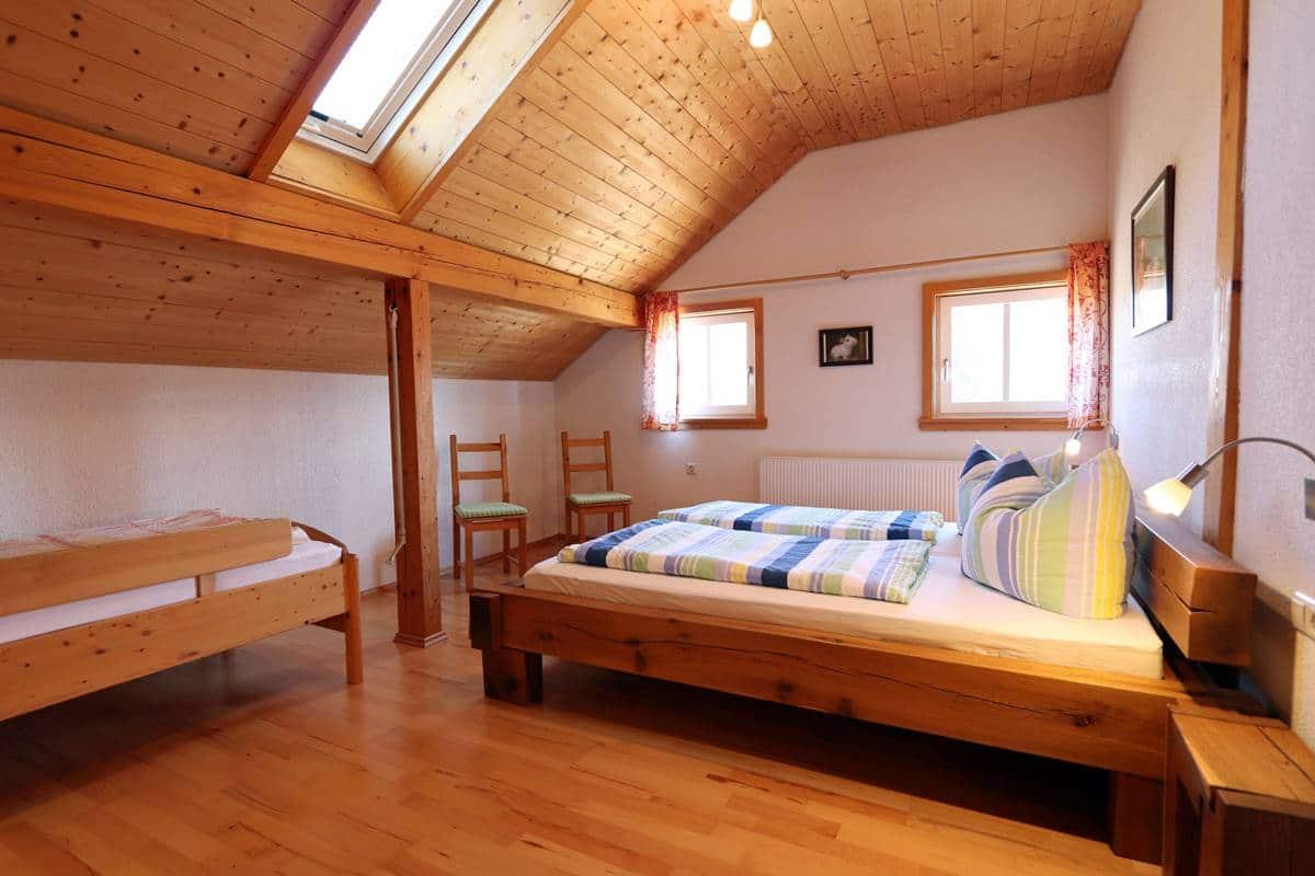Dreibettzimmer unterm Dach der Ferienwohnung Schneeflocke.
