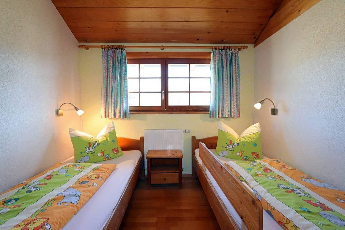 Zwei Einzelbetten im Kinderzimmer