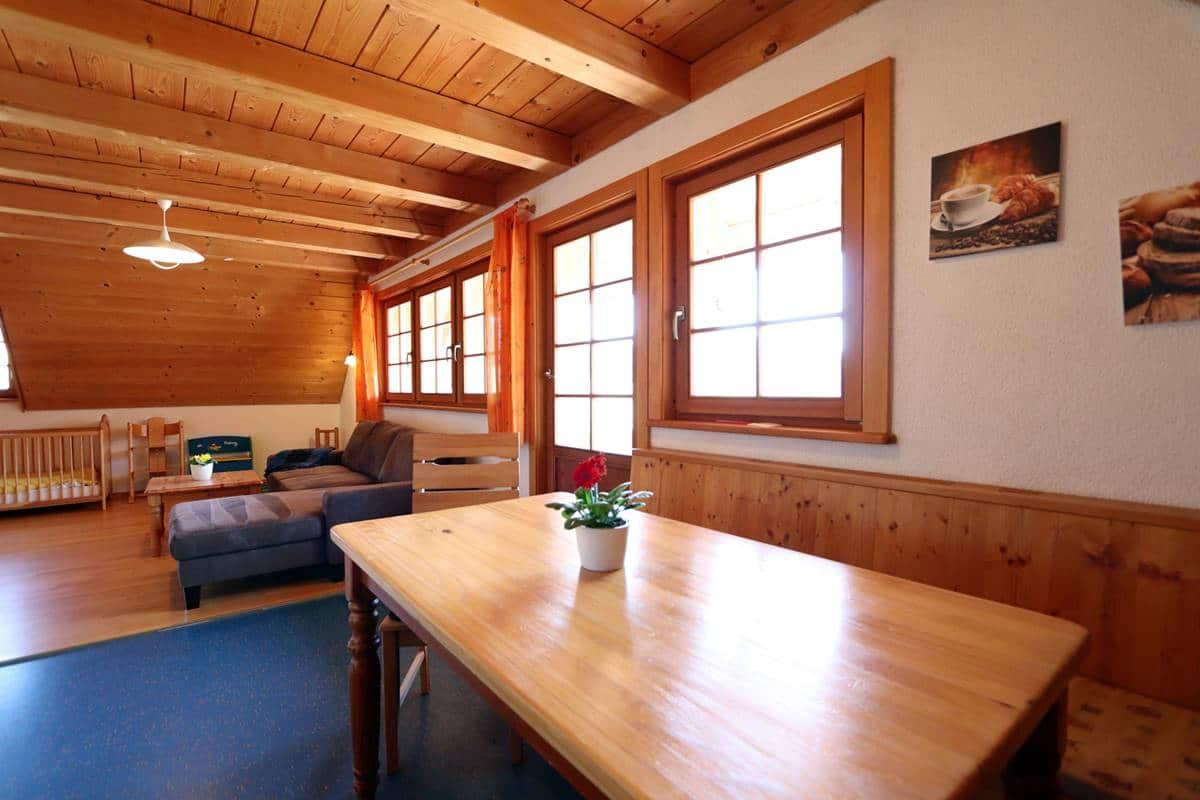 Esstisch und Blick ins Wohnzimmer