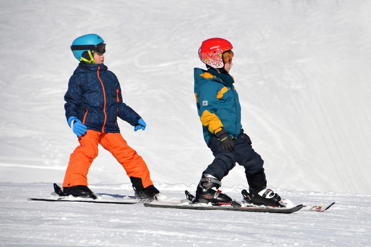2 Kinder auf Skiern