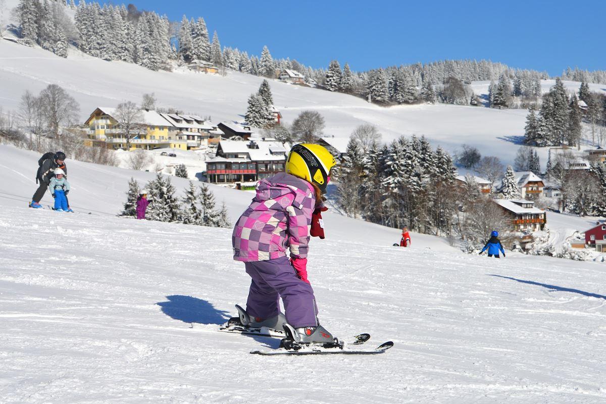 Kind beim Skifahren im Schwarzwald