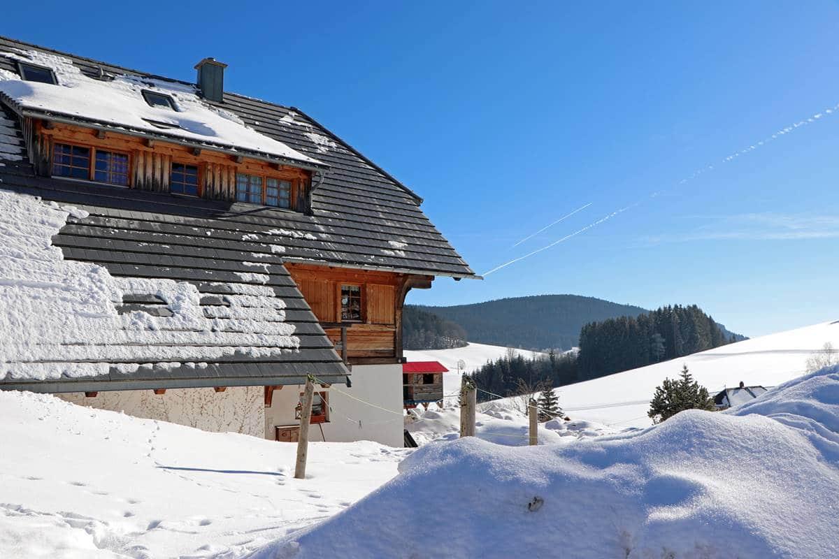 Rechte Seite des Ferienhauses im Winter mit Ausblick
