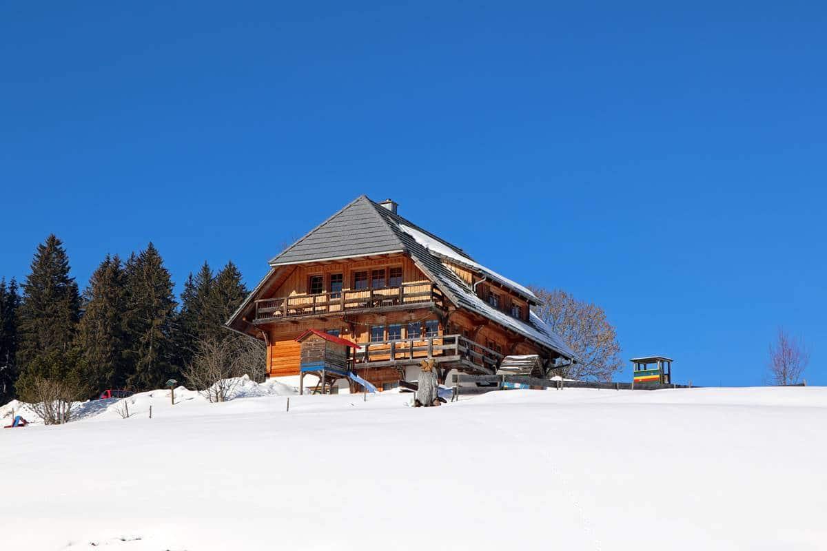 Ferienhaus auf dem Balzenhof im Schnee, vom Tal aus gesehen