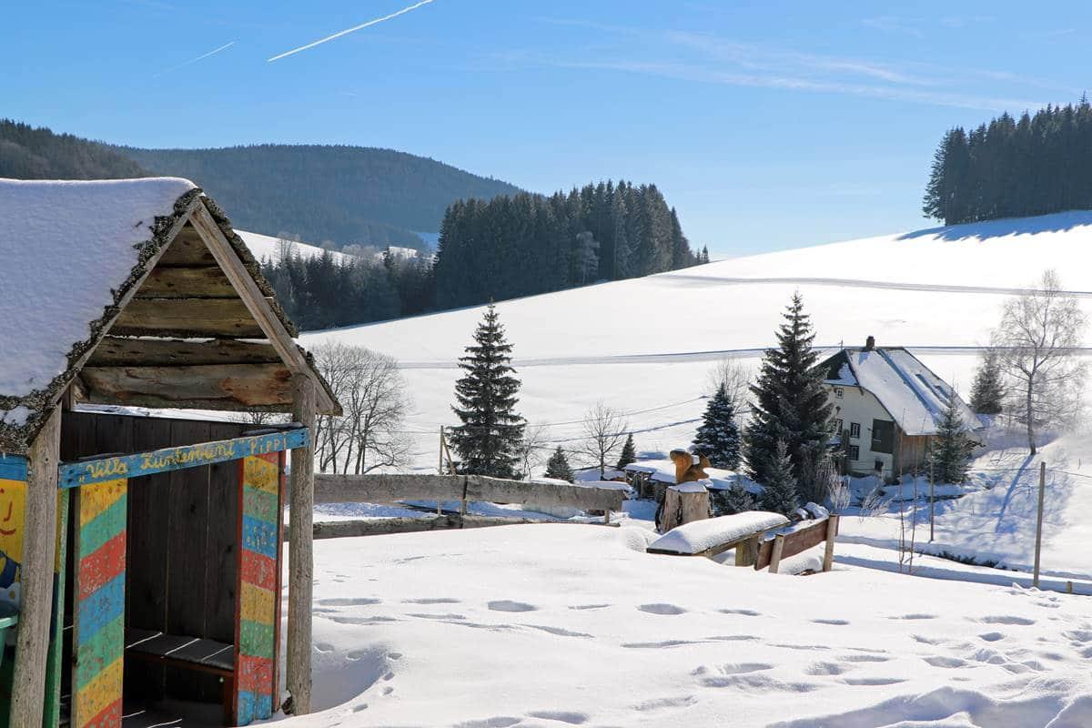 Blick vom Kinderspielplatz ins Tal im Winter