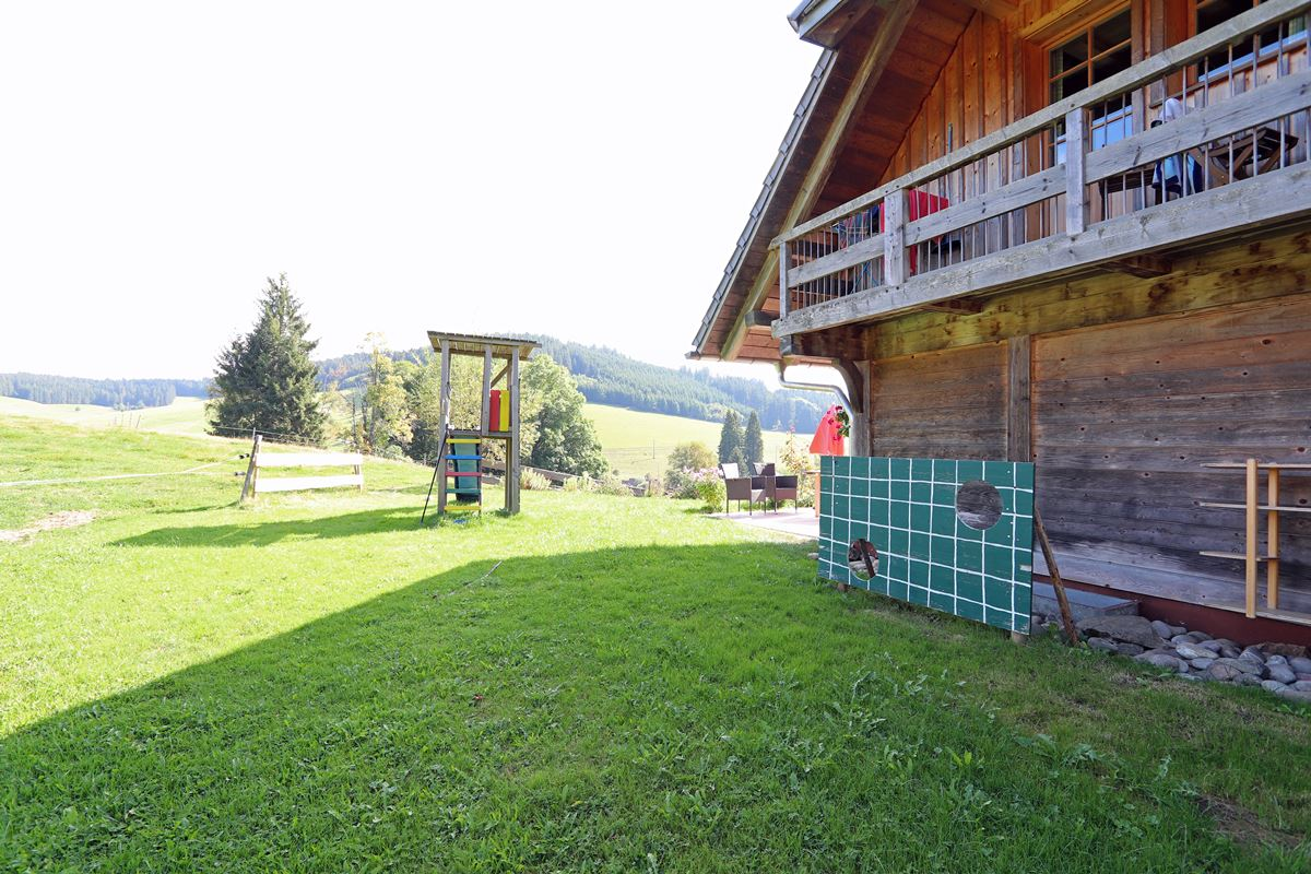 Spielplatz mit Torwand hinter dem Ferienhaus