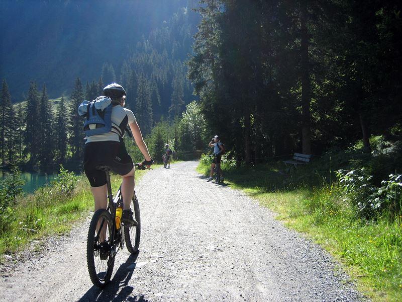 Radfahrer im Hochschwarzwald über Waldwege und am See vorbei